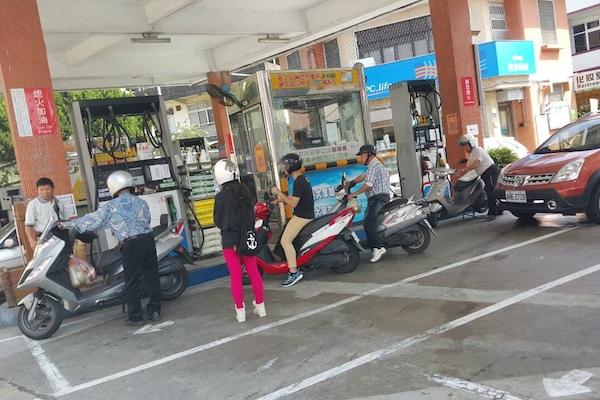 加油站僅供信用卡自助加油,讓這類族群感到困擾....