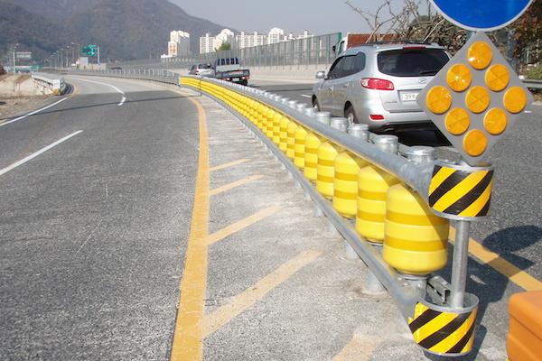 比傳統護欄安全,滾動護欄讓失控車輛「滾」回到路上!(內有影片)