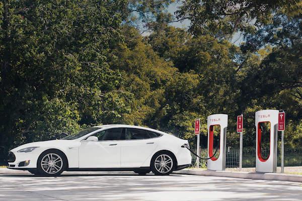 Tesla 台灣首座超級充電站下週一啟用!地點座落在這....