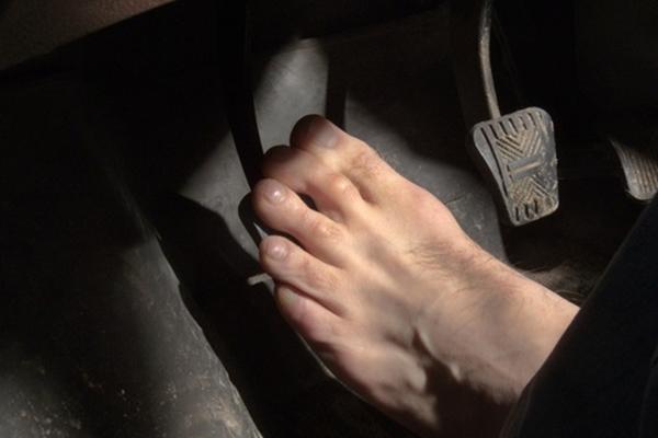 不穿鞋開車比較舒服?聽聽國外駕駛學校怎麼說!