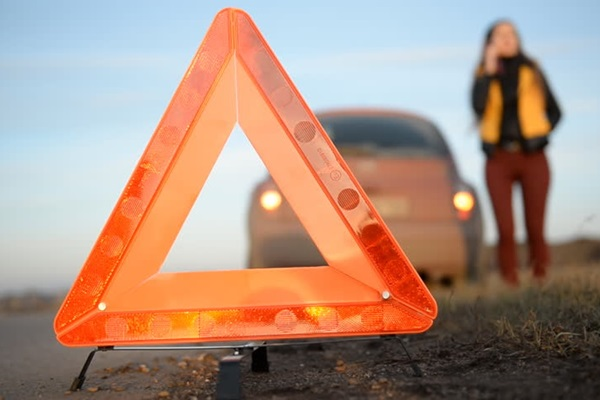 半路發生故障、車禍時!三角警示牌到底怎麼用?