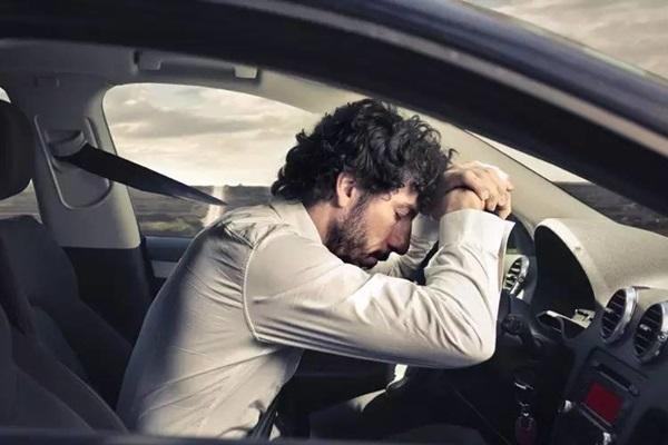 疲勞駕駛釀禍好可怕!這 8 種警訊提醒你該休息......