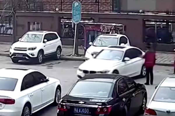 好不容易停好車的三寶駕駛,後面的劇情卻超展開!(內有影片)
