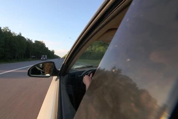 行駛高速公路開同側車窗,可能危及人身安全?