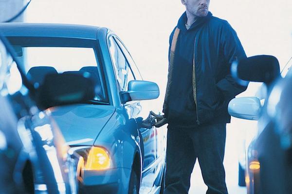 車門上鎖還不夠,車主祭出的防盜武器竟是門栓?(內有影片)