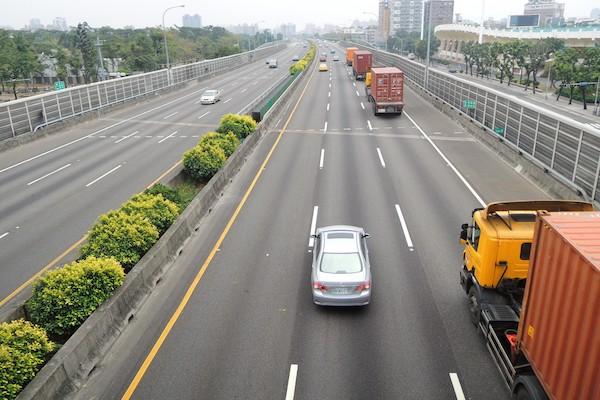 高速公路 1 到 3 月違規取締件數創新高,6 成駕駛被開單都是同一原因!