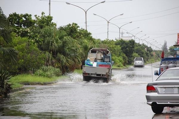 國道警察 3 大提醒:大雨天開車慎防「水漂」要注意的是...