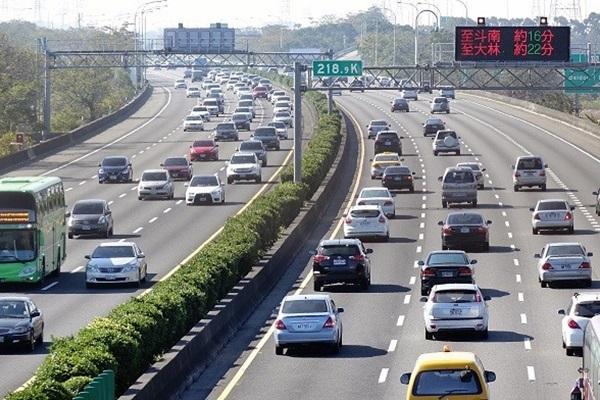 國道遇龜速車佔內車道,為什麼是後方駕駛被罰?