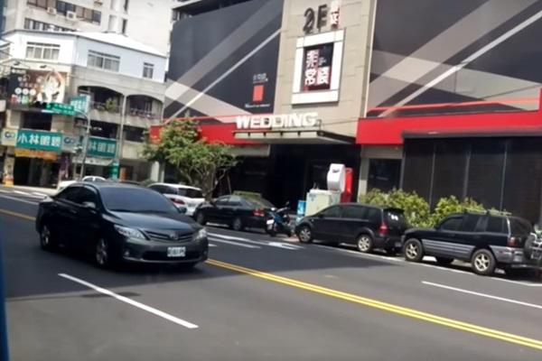 受封「最自私三寶」!台中這 2 輛汽車竟為了防曬,堵住馬路!(內有影片)