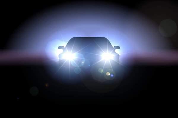 遇上開遠光燈的駕駛,這 2 種情況該如何處理?
