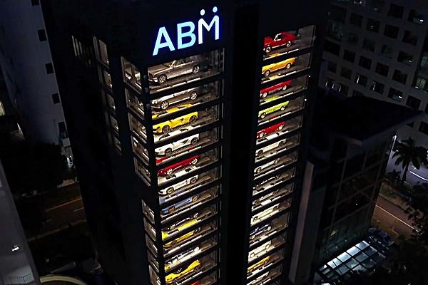 這不是模型收藏!這「棟」展示櫥窗一次可以放進60輛車!(內有影片)