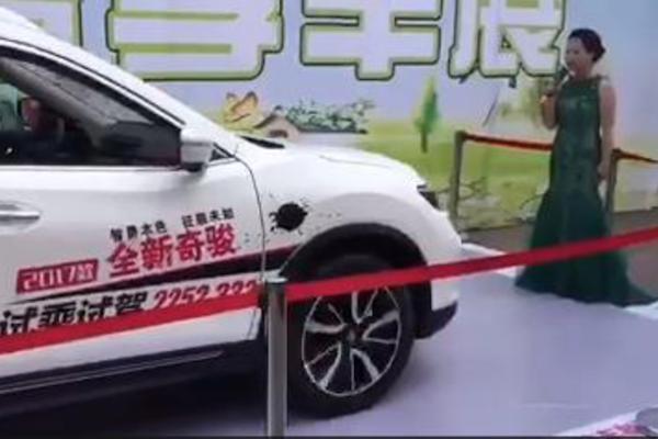 自動煞車煞不住!中國車展主持人遭撞送醫(內有影片)