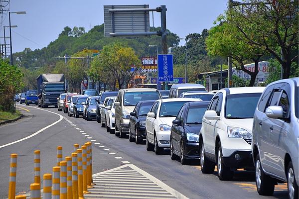 綜合立委建議,汽燃費隨油徵收 10 月有機會再審!