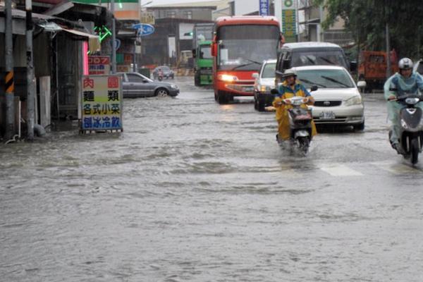 豪雨讓機車不幸泡水,車行老闆:積水高度超過這 2 個部位絕對不能發動!
