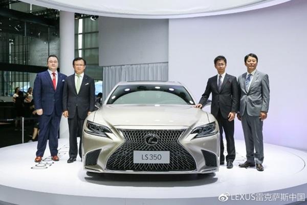 Lexus LS 旗艦車系入門版無預警曝光!LS350 比頂規車少近 100 匹馬力!(內有相片集)
