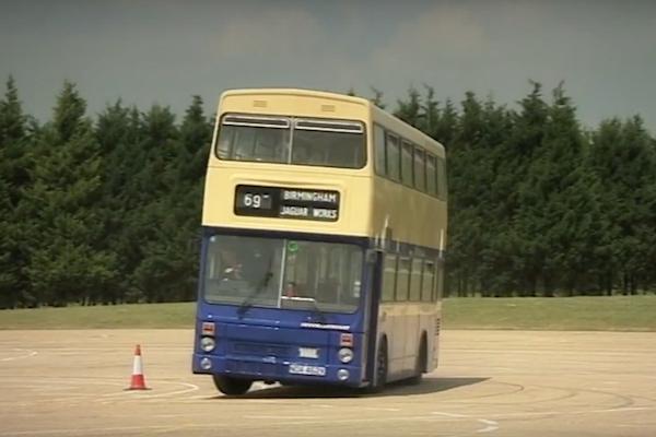 這才是高超技巧,神人駕駛雙層巴士大玩甩尾秀!(內有影片)