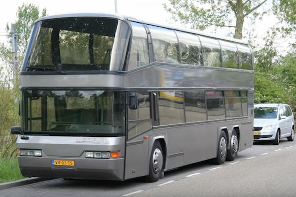 高齡 25 歲的雙層二手巴士,車主 DIY 打造成豪華露營車!(內有影片)