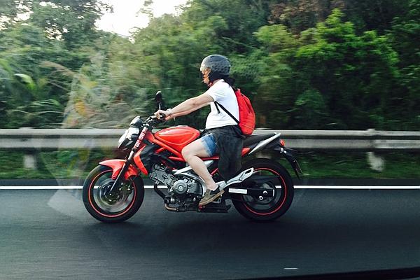 大型重機騎士 7/1 直衝國道表達不滿,高公局:開罰外加強制拖離!