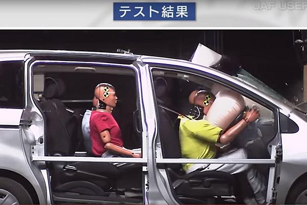 測試發現:後座不繫安全帶,前方乘客重傷致死率將大幅提高!(內有影片)
