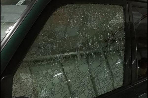 停在地下室車門玻璃卻無故破裂,玻璃老化與髒汙要特別注意!