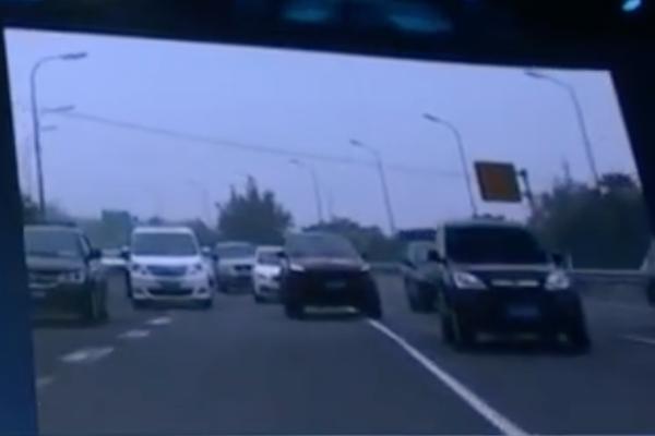 中國百度自駕車上路測試,卻像馬路三寶一樣連續違規.....(內有影片)