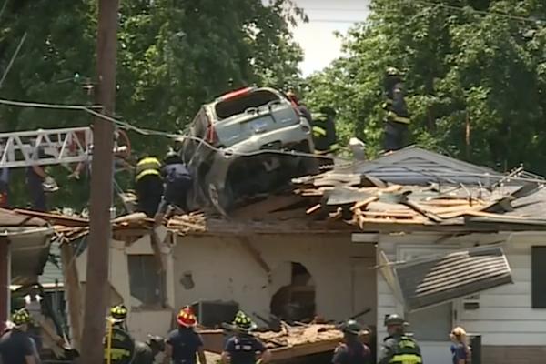 很多人都想問,這輛休旅車為何能開到民宅屋頂上?(內有影片)