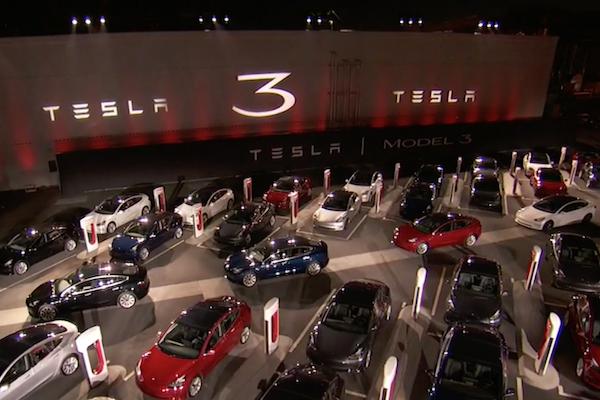 新車型續航力逼近 500 公里!Tesla Model 3 開放交車(內有影片)