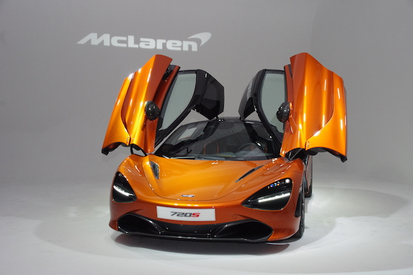 開著一間套房在街上跑!McLaren 720S 超跑還是讓車主排隊也要等到(內有影音)