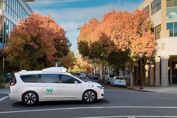 撞到行人前車頭能馬上變軟? Google 自駕車碰撞安全新專利引發熱議