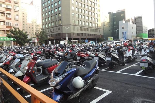 交通部要推「電動機車專屬停車格」!慘遭網友痛批:又搞族群分化!