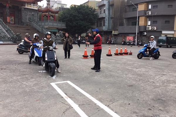 台灣機車的震撼教育!外國老師路考第一關就崩潰了啦