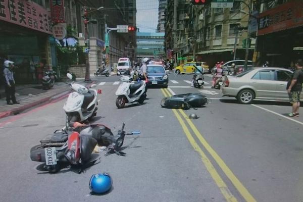 【知識文】遇到前方車輛轉彎,ARTC:直行車可用這招保護自己!