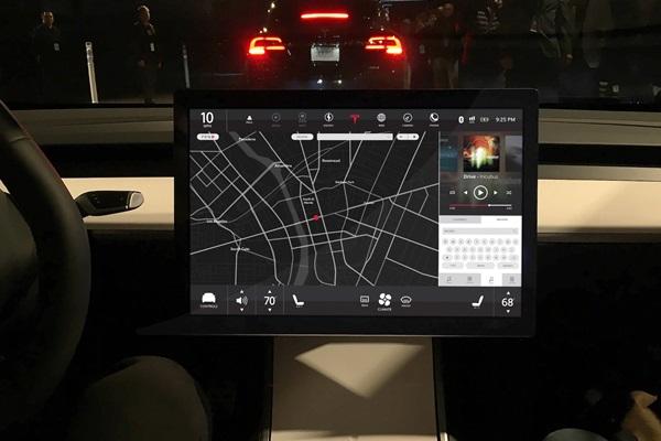 華而不實的配置?Tesla Model 3 超大中控螢幕慘遭外媒吐槽!(內有影片)