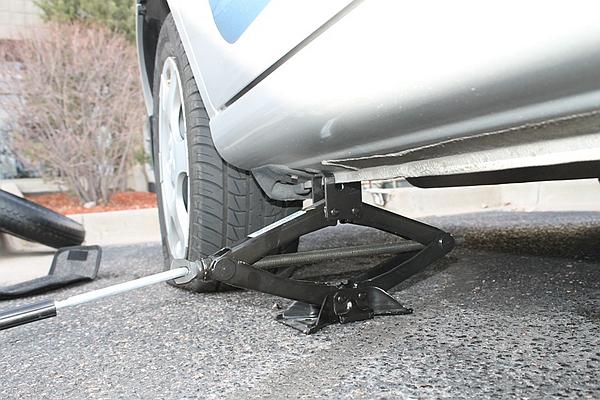 【知識文】輪胎沒氣自己換!省去昂貴的道路救援費用