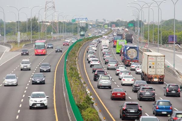 日網友拍到塞車形成的瞬間,學者提出這招緩解車潮回堵!(內有影片)