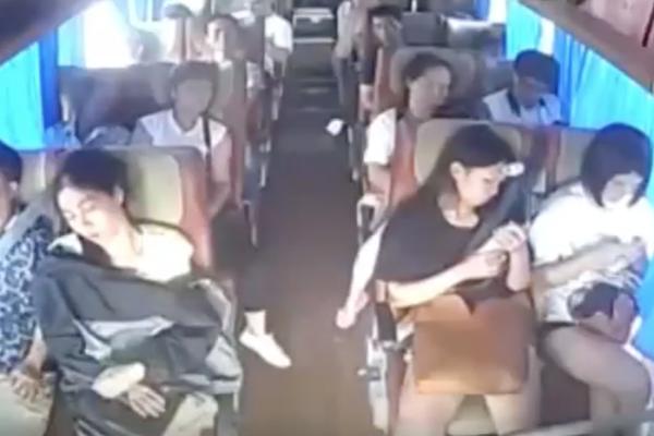 大客車乘客不繫安全帶,翻車被甩飛的畫面超驚悚!(內有影片)