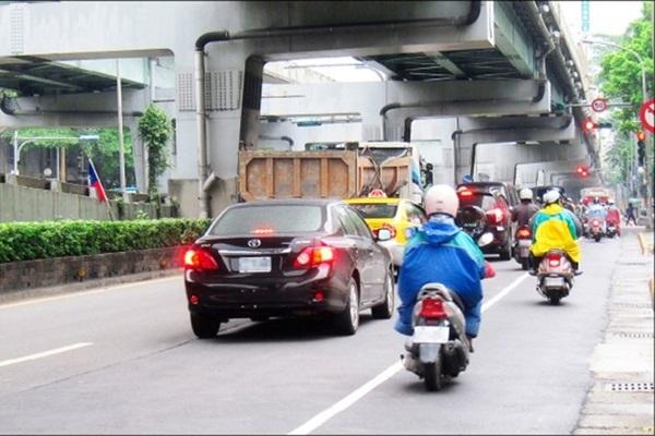 保護老人奇招:市區速限再降 20 km/h?網友罵翻:還嫌塞不夠!