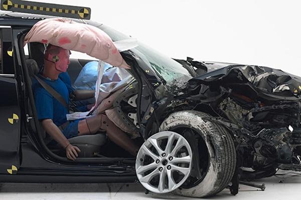 副駕駛座撞擊測試正式加入,IIHS 公布 13 款轎車撞擊表現!