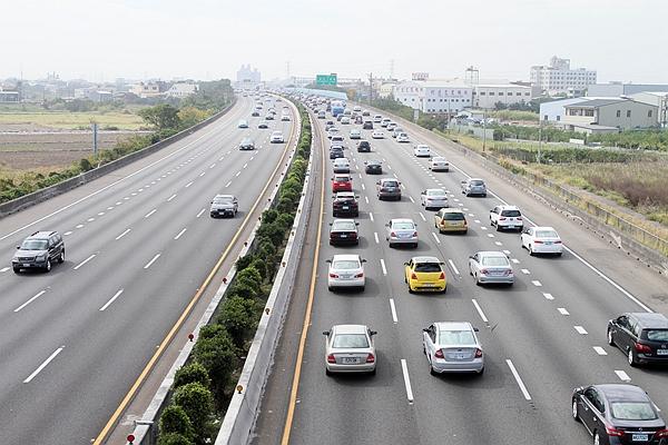 上路前再看看!107 年春節國道免收費時段與通行費率