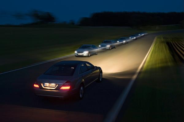 開車時頭燈越亮越好?英國調查:可能會害對向駕駛發生車禍