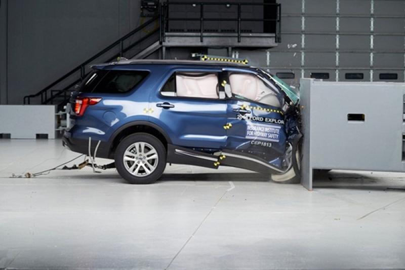 安全表現天差地別!《IIHS》公布 8 款中大型 SUV 副駕駛側撞擊結果