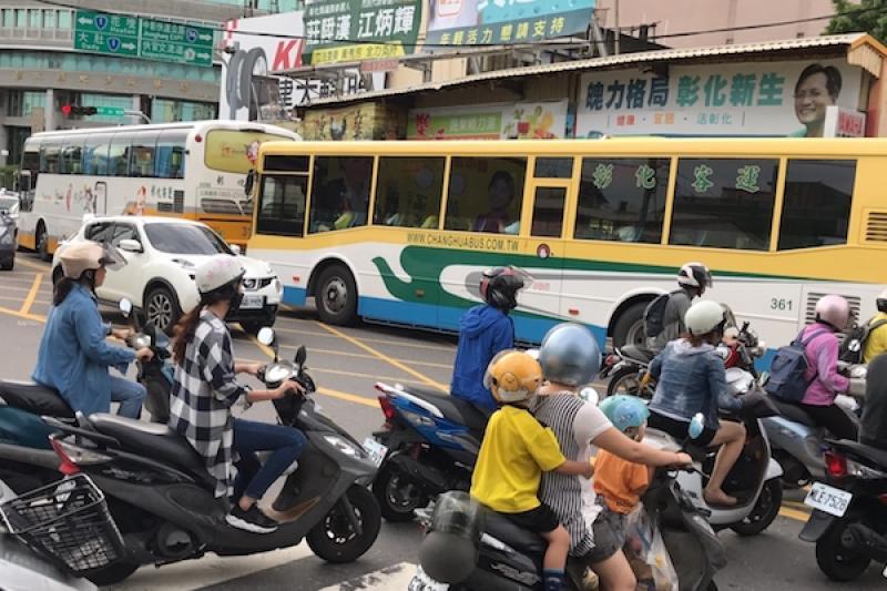 台灣機車駕照太好考取,交通部正評估路考可能性!