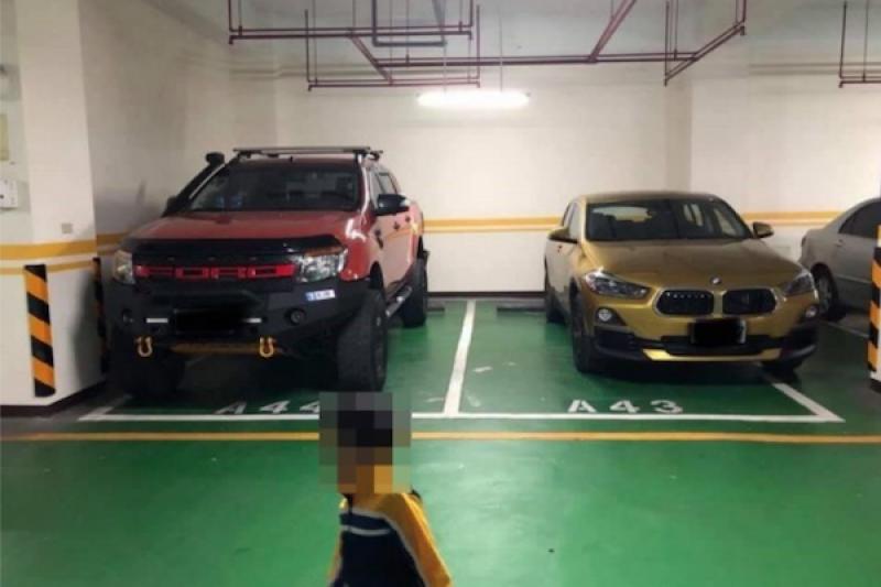 內行人才懂!兩輛名車「惺惺相惜」停車法讓網友讚爆