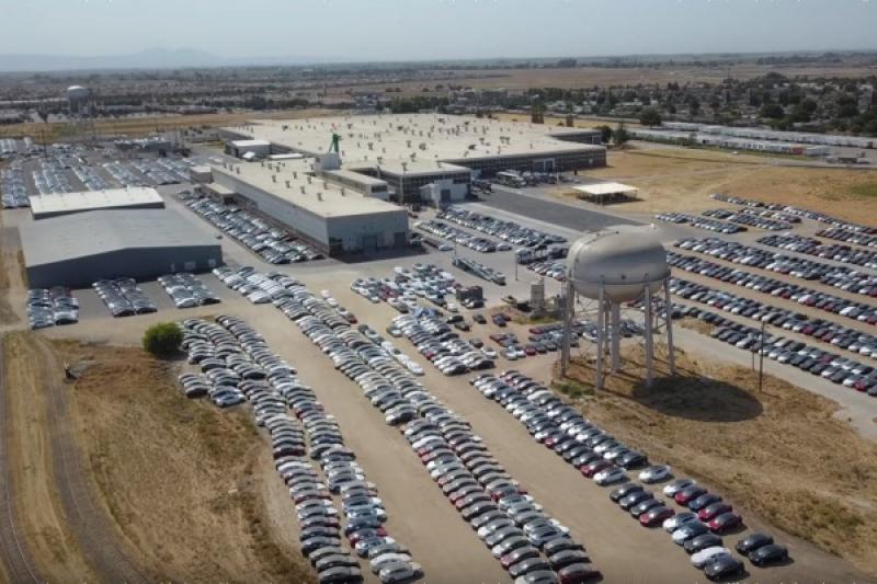 成千上萬 Tesla 被拍到積灰塵!遭質疑銷售與交車數量不真實(內有影片)
