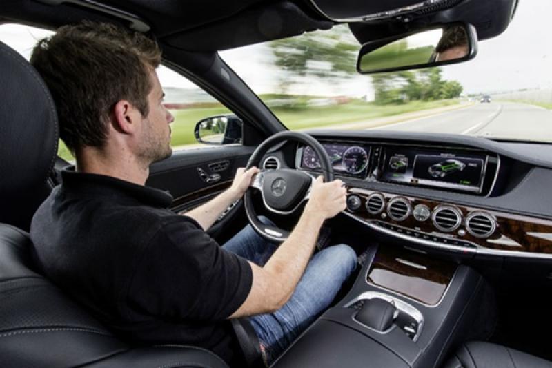 開車聽音樂好療癒,但英調查示警:這 5 首會增加行車風險!