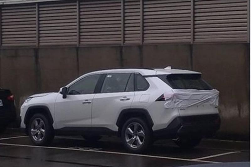 Toyota 大改款 RAV4 已登台?台灣網友捕獲偽裝測試車!