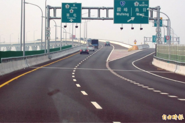 傻眼!國道未保持安全車距 53.5 公尺被罰 怒問:如何量?