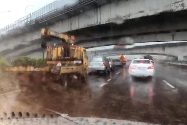 豪雨轟炸國道 2 小時釀 19 起車禍