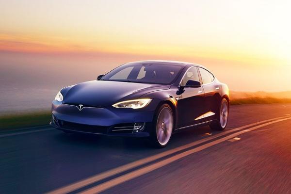 Tesla 新增自動變換車道功能,評測機構實測:超危險!