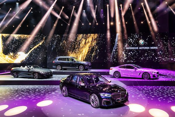 豪華車市場朝 M 型化走向!車身更大更氣派,大電視與冰箱成標配